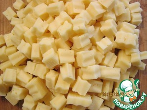 Cut the cheese into small cubes. In order to look more aesthetically pleasing and to give some structure to the salad, I use to cut cheese with a wavy knife. On taste, of course, it is not reflected, but looks more attractive. Add the cheese to the other ingredients.
