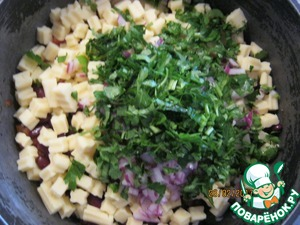 In the container of food to chop parsley, I prefer to do it with scissors. Fill mustard oil mixture and mix well. Before use it is desirable to cool the salad.