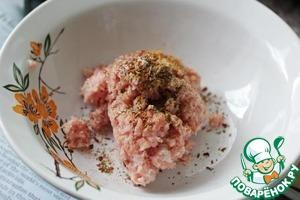 В оригинальном рецепте Джейми использует вместо фарша колбаски для жарки (нужно снять с них оболочку), я вместо колбасок взяла свинину, измельчила ее и приправила солью и специями.
