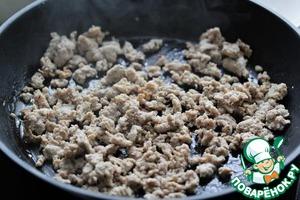 Семена фенхеля растолочь в ступке в порошок.   Поставить большую широкую сковороду на сильный огонь, влить немного оливкового масла, выложить колбасный фарш, приправить его фенхелем и чили, затем обжаривать 6-8 минут, разламывая комочки лопаткой.