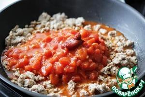 Добавить томатную пасту, консервированные томаты и большую часть листьев орегано или базилика, я еще приправила соус солью и небольшим количеством сахара.