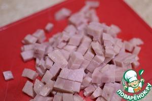 Ветчину нарезаем мелкими кубиками