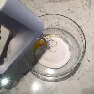 Разбиваем яйцо в миску, добавляем сахар и перетираем добела.