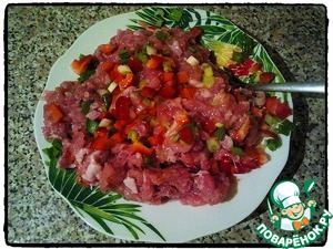Cut pepper (small cubes), onion and add to meat mixture. Also add quail eggs, salt, pepper and seasoning to taste. Mix thoroughly.