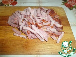 Cut cooked smoked meat.