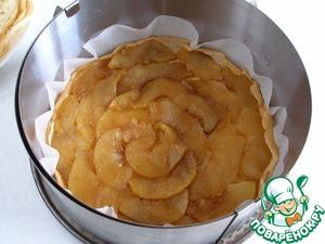 Собираем наш торт. Разъемную форму (в идеале с диаметром равным блинам) застилаем бумагой для выпечки. Кладем блинчик. Затем слой печеных яблок.