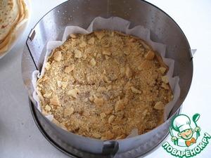 Яблочный слой посыпаем печеньем. И поливаем немного ромом.
