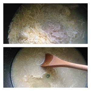 Картофель очистить и натереть на мелкой терке как и сыр. Добавить к тесту и перемешать. Влить масло, перемешать.