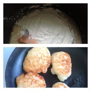 Всыпать муку и вымесить тесто ложкой. Миксером не пользуемся. Оставить тесто на 30 минут в теплом месте. Выпекать оладушки с двух сторон в достаточном количестве масла при закрытой крышке.