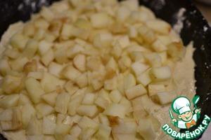 В подготовленную форму выкладываем 1/2 теста, затем кубики яблок (без сока), закрываем оставшимся тестом. Выпекаем в разогретой духовке 50-60 минут (ориентируемся по своей духовке), проверяем деревянной палочкой.