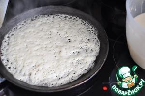 Нагретую сковороду (лучше блинную) смазываем маслом, наливаем половник теста, распределяем его по поверхности сковороды. Печём на среднем огне (у меня 4-5 из 6). Как только тесто изменит окраску, переворачиваем блин.   Печём около минуты с обратной стороны. Снимаем готовый блин на тарелку.    При выпечке периодически смазываем сковороду маслом.