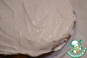 The cooled pie remove from the form, lubricated with cream, decorate with slices of apples, put into the fridge.