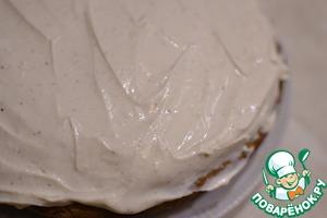 Остывший пирог вынимаем из формы, смазываем кремом, украшаем дольками яблок, убираем в холодильник.