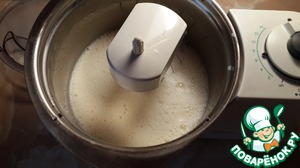 Влить к яйцам теплое молоко и воду. Всыпать сахар и соль. Взбить эту смесь.