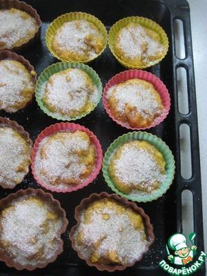 Разложить тесто по формочкам, заполняя их на 2/3, сверху щедро посыпать сахарно-пряной посыпкой.      Выпекать в заранее разогретой до 200 градусов духовке 20-25 минут до готовности.