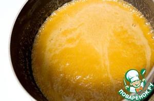 Сделать соленую карамель. Растопить сахар на небольшом огне. Карамель должна быть золотистого цвета. Добавить растопленное сливочное масло, перемешать, а затем добавить горячие сливки и соль.