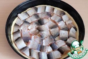 На луковые кольца выложить кусочки рыбы. Рыбу посолить, поперчить по вкусу.