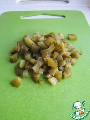 Cut cubes of pickles. In the absence of salt, can be used pickles.