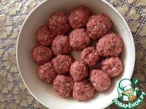 Выкладываем готовые шарики в форму для выпечки и отправляем в дховку при 200 градусах на 20 минут