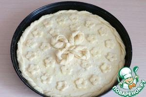 Пирог смазать взбитым яйцом, посыпать кунжутом. Отправить пирог в разогретый до 180С духовой шкаф. Выпекать до готовности. Хочу обратить внимание, что духовки у всех разные, каждый должен ориентироваться на свою. Возможно в отдельных духовках температурный режим следует уменьшить или наоборот увеличить.