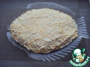 Третьим слоем выложить натертые на терке яйца, промазать майонезом.    В оригинале предлагалось в яичный слой добавить чеснок, я делала без него.