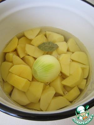 Картофель вымыть, очистить и отварить до готовности, добавив соль, луковицу и лавровый лист.    Воду, в которой варился картофель, перелить в отдельную ёмкость.    Лук и лавровый лист убрать.