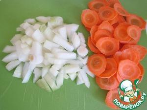 Пока варится картофель, нарежем кубиками лук и нашинкуем кружочками морковь.