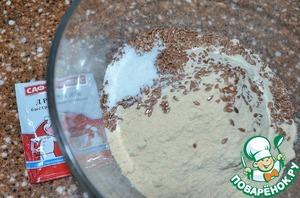 В отдельной миске смешать оба вида муки и семена льна.    Смешивать необходимо очень тщательно, это уменьшит образование комочков из гречневой муки.