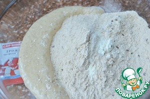Pour the dry mixture into the dough, pour the remaining water.