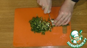 2. At this time, chop the fresh herbs and a few cloves of garlic cut into thin slices.