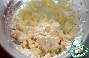 Для начинки взбейте творог с ванильным сахаром и сливками.
