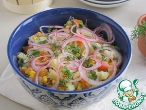 The salad be served in large bowls, spread across the surface of the salad pickled onion rings.