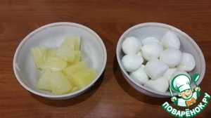 Prepare mozzarella cheese (forgive me for the lack of it in the photo, but I think everyone know, looks like cheese) and pineapple. They also need quite a bit, for comparison, about the same as mozzarella (it exactly one packet).  About the cheese: it is better not to RUB and cut into thin plates.