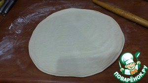 And by the time our dough has approached. Sprinkle work surface with flour (lightly) and a little obamanite it giving a round shape. Roll out the dough into a circle the desired diameter. Roll from the center to the edge, as if clockwise. That is, put the rolling pin, are to the edge. Reached the edge, again with the rolling pin in the centre and again to the edge, but with a deviation of a few centimeters. If you lose, you get a nice smooth circle, and its thickness will be uniform.