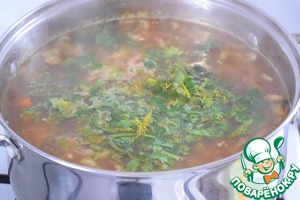 Add finely chopped greens, disconnect the fire and infuse the soup for about 15-20 minutes.