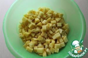 Картошку очистить, нарезать кубиками.
