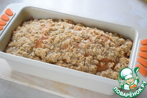After 35 minutes take out the cake from the oven and arrange on top of the whole of streusel. Put in oven for 20-25 minutes. Be guided by your oven! (Bake until dry splinter).