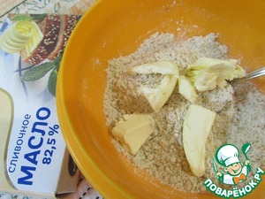 Add butter TM milieu and grind all the ingredients with your hands into crumbs.