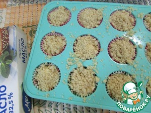 Top abundantly sprinkled with the cedar strategem. Send in the preheated oven (180 degrees). Bake for 20-25 minutes. If muffin tins are larger in size, the baking time to increase and bake until dry splinter. Cupcakes are ready remove from the oven and cool down completely.
