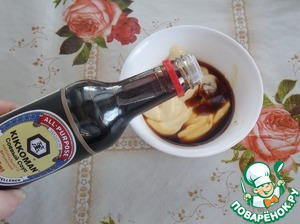 "Prepare the salad dressing. In a Cup put the mayonnaise and adjika. Add the soy sauce ""Kikoman""."