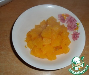 For the yellow cream of pumpkin cut into pieces, add 2 tbsp sugar, and simmer it on a low heat, covered, stirring occasionally and, if necessary, adding water.