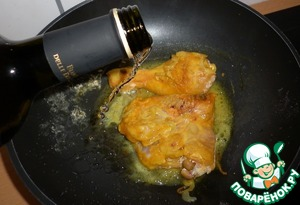 Put chicken legs, fry a few minutes on all sides. Salt.  Pour in the wine.
