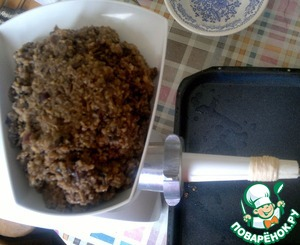 Spread the stuffing in the bowl of the grinder and start the process.