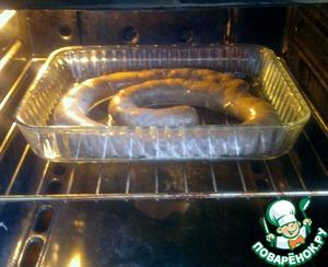 Ставлю сотейник с колбаской в духовку, предварительно разогретую до 180 градусов на 50 мин. Через 20 мин я убавил температуру до 150 градусов.