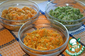 Divide the mass into three equal parts. In one add the carrots; in another, pumpkin, in the third-broccoli. Mix well.