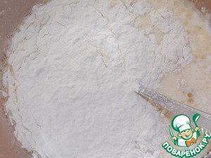 Pour the flour. Mix thoroughly with a whisk. To cook pancakes on a greased hot pan.