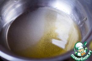 Сварить сироп: налить в кастрюлю воду, положить сахар, мед и кипятить до растворения сахара.