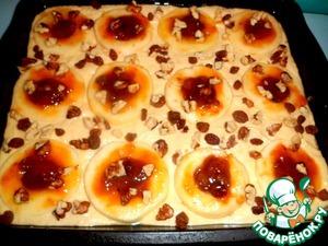 Орехи можно взять любые, порубить их в размер с изюминку, раскидать поверху пирога, а так же, разложить остатки изюма.