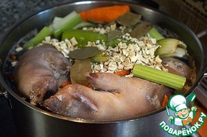 Legs to put in a large pot, add salt, put whole carrots, pepper, chopped celery, dry herbs, Bay leaf, cover with water, bring to boil, cover, reduce the heat and cook on low heat for 6 hours, as for jelly.