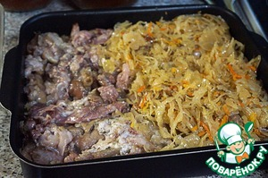When the legs are ready, cool slightly, and then remove the meat from the bones. In a deep baking form put a layer of half the cabbage, then the meat.